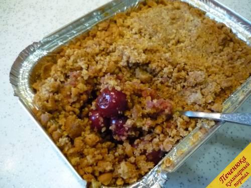 7) Разогреваем духовку (180 °C) и отправляем в нее формочки. Запекаем быстрый пирог к чаю в течение 15-20 минут. Верх пирога должен приобрести золотистую корочку.