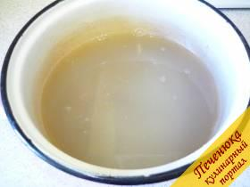 2) Отмеряем граненый стакан соли, слегка отсыпаем соль так, чтобы освободить ободок, то есть насыпаем до ободка. Если взять полный стакан, будет пересол, а по ободок - самое оно, рыбка в меру просаливается. Размешиваем соль в воде.