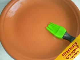 4) Глубокую тарелку смазывают сливочным маслом, очень тонким слоем.