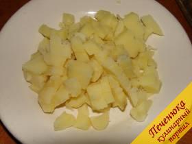 1) Картофель почистить, отварить в подсоленной воде, остудить, порезать кубиками.