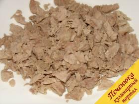 4)Отваренное мясо порезать кубиками как можно мельче.