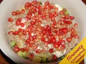 5) Смесь чеснока и орехов разделить на три части. Одну высыпать в миску с салатом на майонез, туда же выложить половину порезанного мяса. Посыпать в один слой гранатовыми зернами.