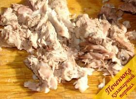 2) Достать почти готовое мясо из бульона, отделить мясо от кости. Бульон процедить, чтобы не осталось мелких косточек. Мясо вернуть в бульон, но саму кость не класть.