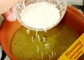 3) Рис высыпать в кипящий бульон, варить 20 минут. Добавить порезанный лук, продолжать варить.