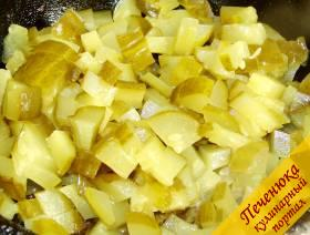 4) Огурцы соленые порезать кубиками, залить бульоном, тушить в отдельной емкости до полуготовности.