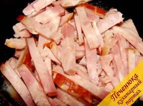1) Говяжью кость тщательно помыть под проточной водой, положить в глубокую кастрюлю, залить водой. Поставить на огонь, довести до кипения, снять всю пену и варить примерно час. Затем кость вынуть, бульон процедить и в него положить нарезку копченостей. Часть бульона слить – в нем будем готовить огуречную заправку для солянки. Чем больше видов копченого мяса вы используете, тем вкуснее будет солянка. Тушить под закрытой крышкой 10-15 минут.