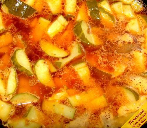 5) В оставленный бульон положить нарезанные кусочками соленые огурчики, немного потушить в бульоне. Затем добавить в кастрюлю с готовящимся мясом тушеные огурчики, сосиски, огуречный рассол и тушить еще некоторое время под закрытой крышкой. Перед подачей на стол солянку посыпают свежей зеленью, добавляют оливки, ломтик лимона и свежую сметану.