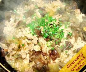 1) Грибы вымыть, нарезать кусочками, выложить на сковороду и залить водой. Тушить до готовности примерно полчаса, затем добавить порезанный полукольцами репчатый лук, и измельченный зеленый лук. Отдельно потушенный до готовности мясной фарш добавить через 10 минут, закрыть крышкой, оставить на 10 минут на слабом огне.