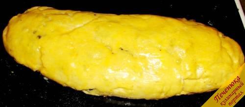 5)Выложить рулет на смазанный растительным маслом противень, поставить в разогретую до 200°C духовку. Выпекать не менее получаса, затем достать, смазать верх рулета куриным желтком, и еще раз поставить в духовку на 5 минут. </p> <p>