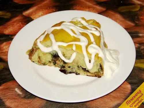 6) Готовый картофельный рулет с грибами и мясным фаршем подавать нарезанным кусками со сметаной и измельченной свежей зеленью.