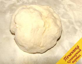 1) Сухие дрожжи смешать с сахарным песком и всыпать в теплое молоко. Закрыть емкость крышкой и поставить в теплое место на 30-40 минут. после того, как дрожжи подойдут, всыпать муку и замесить не крутое тесто. Оставить под полотенцем на час-полтора, а затем еще несколько раз обмять.