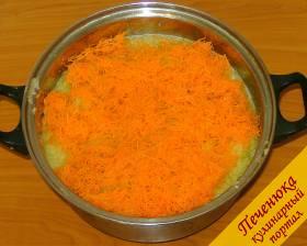 3) Взять морковь и очистить от кожуры, потом ее надо натереть на самой мелкой терке и отправить к кабачкам.