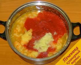 4) Репчатый лук и болгарский перец очистить и измельчить с помощью блендера или мясорубки, добавить к общей массе. Также в кастрюлю отправить томатный сок.
