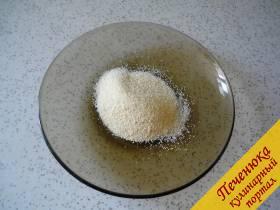 3) Под кастрюлькой включаем огонь, делаем его минимальным и часто часто помешиваем, чтобы какао и сахар растворились в нагревающемся молоке. Следом в теплое молоко всыпаем две столовые ложки сухой манной крупы. Постоянно помешиваем. Как только молоко закипит, продолжаем варить и не прекращаем размешивать. Масса немного должна загустеть. Всего варим не более пяти минут.