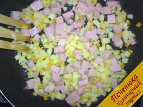3) Затем лучок, колбаска - все кубиками, если Вы любите цукини, кабачки - также нарезать кубиками и отправить в сковороду, слегка обжарить