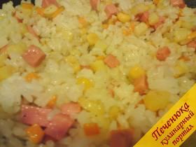 5) Закинуть рис и тщательно перемешать (на слабом огне), разделить нашу начинку на три части. Я делю потому, что кое-что еще добавляю
