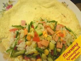 6) На половинку блина выложить готовую начинку, в  этот я добавила зелени, помидорки и огурчика для любимого, как он любит и другой половинкой прикрыть
