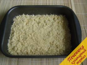 6) Форму для запекания смазать растительным маслом.  Выложить в нее половину получившегося теста.  Тесто разровнять.