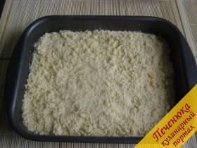 8) Поверх начинки выложить оставшееся тесто.