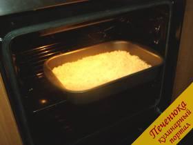 9) Пирог поместить в духовку, предварительно разогретую до 180 градусов, и выпекать в течение 30-35 минут.