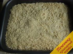 10) Через указанное время достать творожный пирог из духовки и остудить, не вынимая из формы. Остывший пирог разрезать на порционные кусочки и выложить на блюдо.