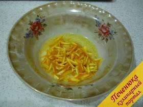 9) Цедру с апельсина (с половинки) надо нарезать очень тонко, можно и на тёрке натереть, но я нарезаю тонкие короткие соломки. Смешиваем цедру с небольшим количеством растопленного масла (буквально одна столовая ложка масла уходит).