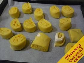 13) На противень (обязательно бумагой застлать) выкладываем булочки и ставим противень в тёплое место (я в духовку тёплую ставлю) на пол часа.