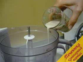 3) В ёмкость комбайна влить дрожжи, размешанные в воде и сюда же вбить яйцо, перемешать насадкой для теста.